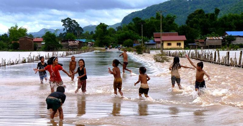 Laos Konglor inondé sourires d'enfants Tétraktys